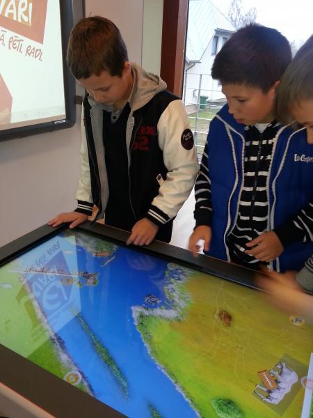 Junioru universitātes dalībnieki dodas mācību ekskursijā