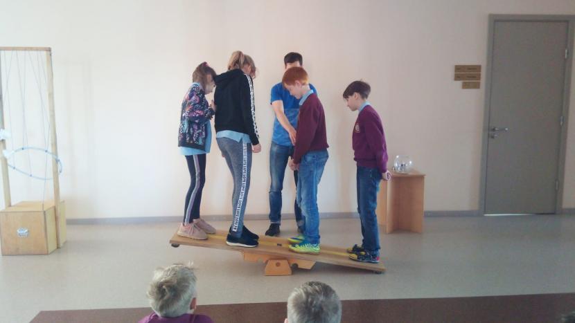 """Valmieras sākumskolā metodikas """"MINIPHÄNOMENTA"""" eksperimenti"""